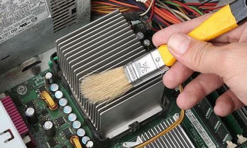чистка компьютера от пыли кисточкой